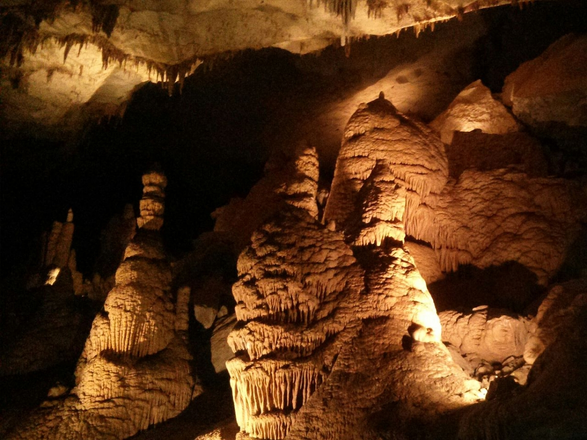 1280px-Cumberland_Caverns_-_Three_Chessmen